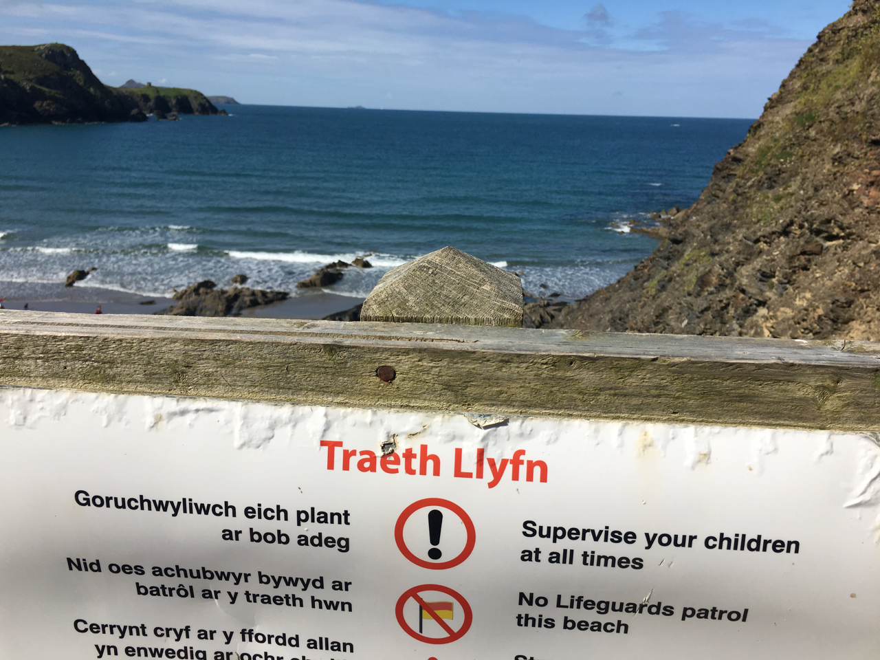 Photo of the sign welcoming people to Traeth Llyfn beach